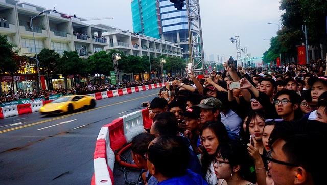 Rất đông khán giả tới xem màn trình diễn của xe đua F1 và những chiếc siêu xe đắt giá