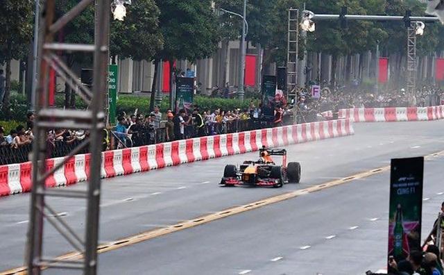 Xe đua Công thức 1 lần đầu tiên lăn bánh tại Việt Nam - 4