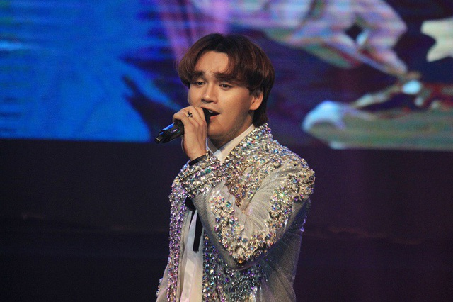 Sự xuất hiện của ca sĩ Nguyễn Trần Trung Quân, cựu sinh viên Học viện Âm nhạc Quốc gia Việt Nam thu hút sự chú ý của khán giả.