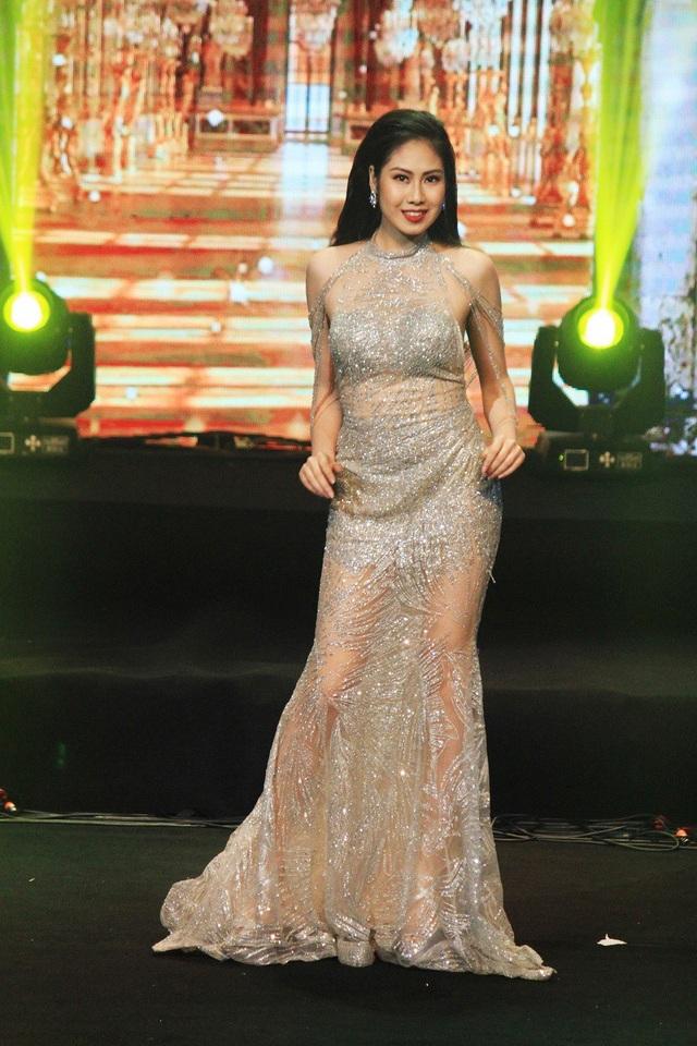 Tân Hoa khôi Nguyễn Thị Kiều Anh đã bội thu với 2 giải phụ Thí sinh duyên dáng trang phục dạ hội và thí sinh Tài năng vàng.