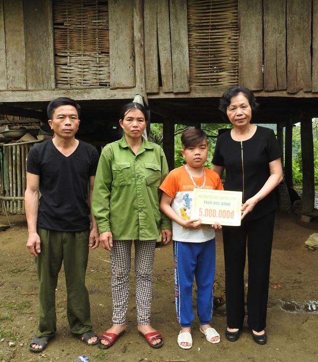 Bà Nguyễn Thị Lợi - Phó Chủ tịch HKH tỉnh Hòa Bình – Giám đốc Quỹ khuyến học tỉnh Hòa Bình đã quyết định trao cho em Hải suất học bổng 5 triệu đồng