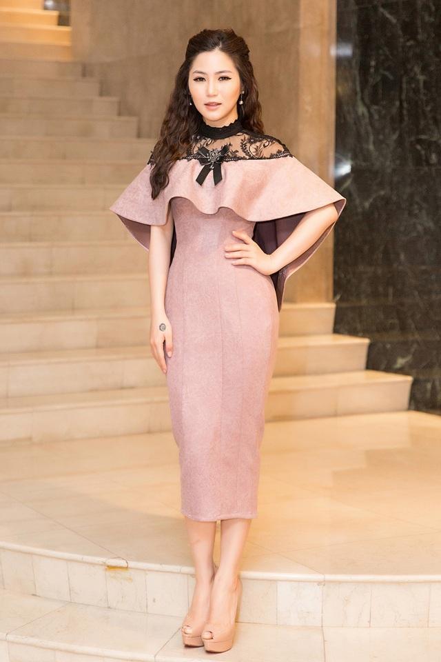 Xuất hiện trong chương trình, Hương Tràm chọn cho mình chiếc váy màu nâu nhạt nữ tính. Tuy nhiên trông nữ ca sĩ có nhiều điểm khác lạ, gương mặt có phần hốc hác.