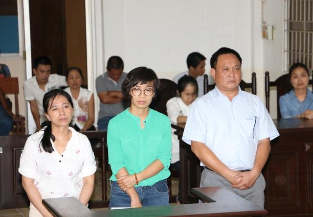 Các bị cáo Thái Thị Hồng Điệp,, Nguyễn Thị Quỳnh và bị cáo nguyễn Thái Sơn tại phiên tòa vào ngày 4/5 (tính từ trái qua phải)