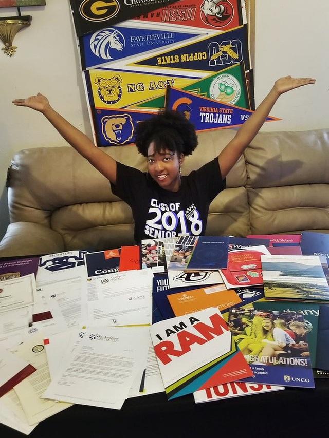 Jasmine Harrison bên cạnh 113 thư trúng tuyển từ các trường đại học.