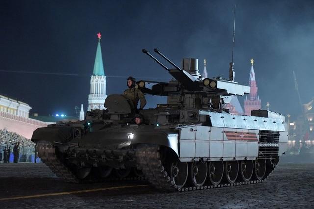 Xe yểm trợ hỏa lực tăng thiết giáp BMPT Terminator của Nga lăn bánh tại Quảng trường Đỏ trong cuộc diễn tập.