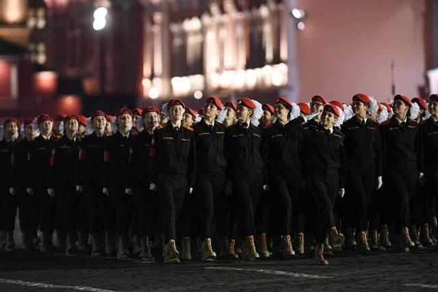 Ngoài các phương tiện quân sự, lễ duyệt binh năm nay còn có màn diễu hành của các lực lượng quân nhân Nga.