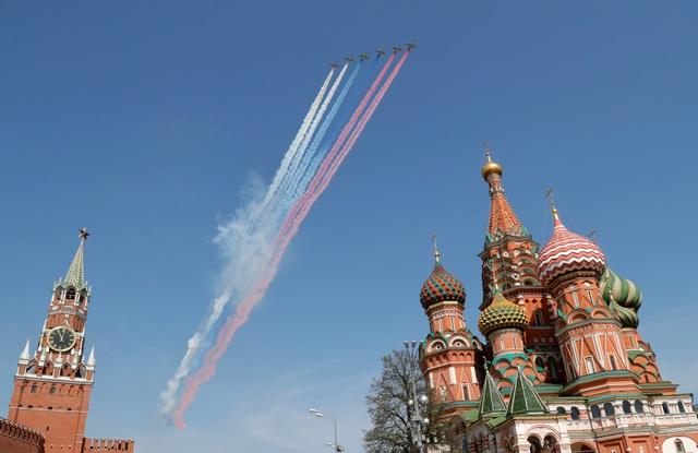 Các máy bay nhả khói thành 3 màu trắng, xanh, đỏ, tượng trưng cho quốc kỳ Nga trên bầu trời Moscow.