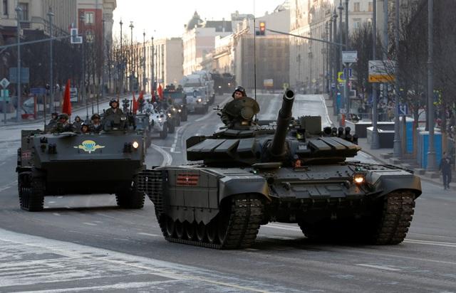 Các xe tăng Nga di chuyển trên đường phố Moscow trong cuộc diễn tập.