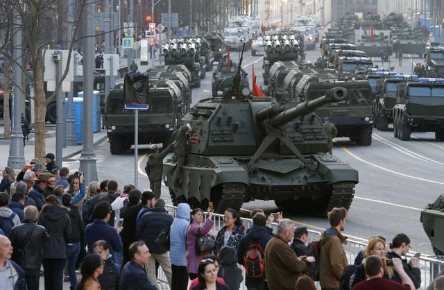 Nhiều người dân Nga đã đổ về khu vực diễn tập để trực tiếp theo dõi các khí tài quân sự hiện đại xuất hiện trên đường phố.