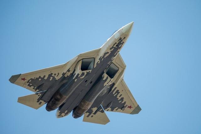 """Một số khí tài quân sự khác của Nga cũng tham gia cuộc diễn tập tại Quảng trường Đỏ. Trong ảnh: Su-57, máy bay chiến đấu thế hệ 5 được kỳ vọng trở thành """"át chủ bài"""" của Không quân Nga, sải cánh tại Moscow chuẩn bị cho lễ duyệt binh."""