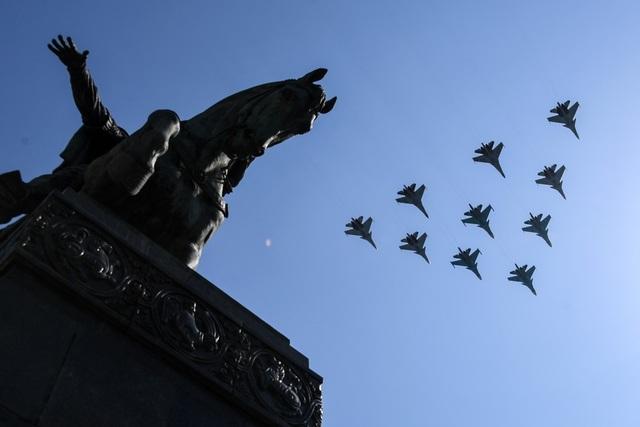 Các máy bay chiến đấu Su-30 và Su-35 dàn đội hình trong cuộc diễn tập tại Quảng trường Đỏ.