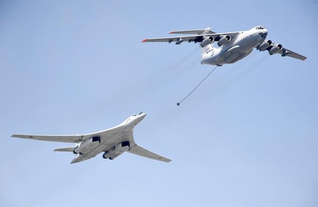 Máy bay tiếp liệu Il-78 và máy bay ném bom tầm xa Tu-160 được nhìn thấy bay sát nhau tại cuộc diễn tập.