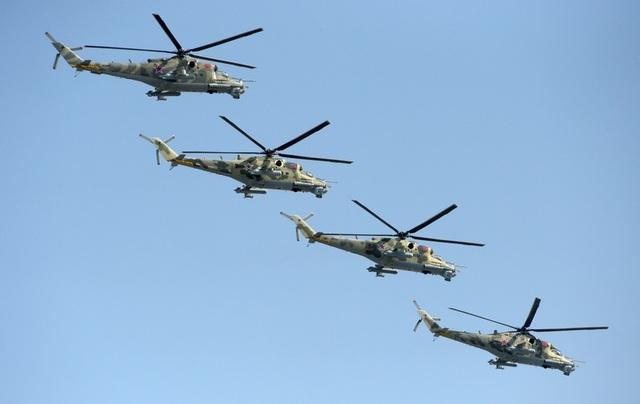 """Nhóm 4 trực thăng Mi-28N cũng tham gia tập dượt chuẩn bị cho sự kiện mừng Ngày Chiến thắng 9/5. Mang biệt danh """"Thợ săn Đêm"""", đây là trực thăng có khả năng tác chiến trong mọi điều kiện thời tiết của Nga."""