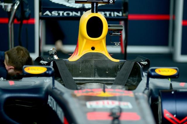 Cận cảnh buồng lái của chiếc xe đua.