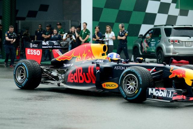 Cận cảnh chiếc xe đua F1