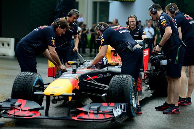 Sau mỗi vòng đua, nhân viên kỹ thuật nhanh chóng đến hỗ trợ cho cựu tay đua David Coulthard.