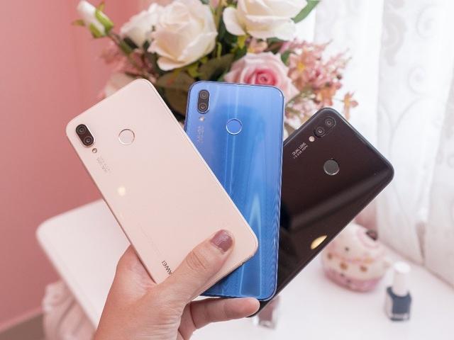Điểm khác biệt lớn nhất giữa phiên bản Nova 3e màu hồng so với 2 phiên bản trước chỉ đến từ màu sắc. Lấy cảm hứng từ bãi biển cát hồng Harbour thuộc quần đảo Bahamas, phiên bản màu Hồng (Sakura Pink) của Huawei Nova 3e được hình thành từ lớp bột ngọc trai 3D phủ trên nền ốp lưng màu hồng. Đây cũng chính là smartphone màu hồng đầu tiên của Huawei tại thị trường Việt Nam.