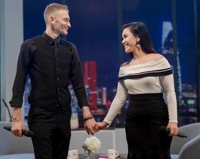 Phương Vy xuất hiện với hình ảnh cô ca sĩ với nụ cười ấm áp, bàn tay luôn được chồng nắm lấy và chia sẻ những câu chuyện, những khó khăn mà Phương Vy đã trải qua trong hành trình làm mẹ, cũng như trong sự nghiệp âm nhạc của mình.
