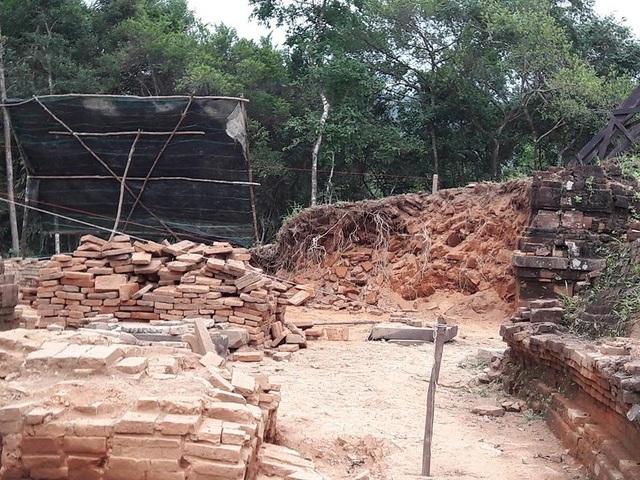 """Những hình ảnh trên mạng xã hội cho rằng các nhà khảo cổ và trùng tu Ấn Độ đang """"phá"""" di sản Mỹ Sơn"""
