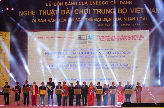 Trao bằng ghi danh cho 9 tỉnh miền Trung Việt Nam.