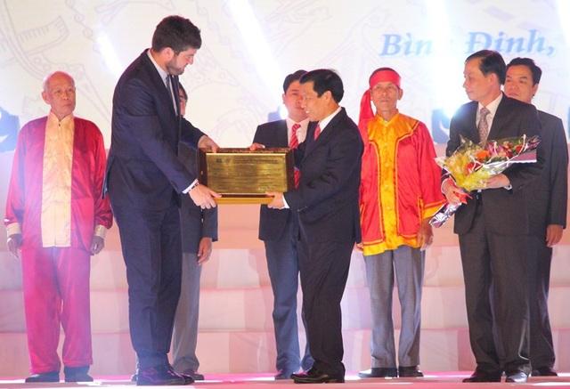 """Ông Michael Croft, Trưởng đại diện Văn phòng UNESCO tại Việt Nam trao bằng ghi danh """"Nghệ thuật Bài Chòi Trung bộ Việt Nam"""" là Di sản văn hóa phi vật thể đại diện của nhân loại cho đại diện Bộ Văn hóa - Thể thao và Du lịch."""