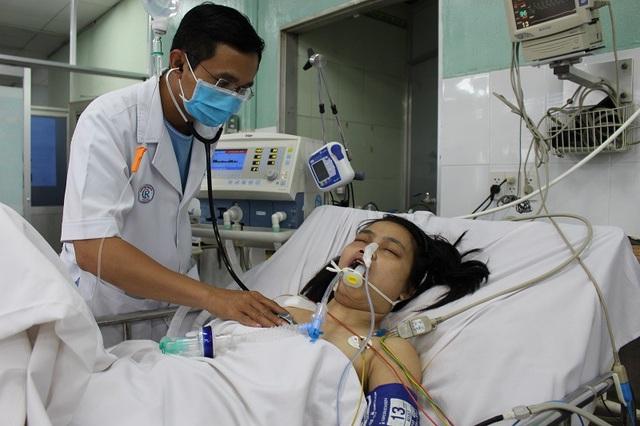 Bác sĩ đang nỗ lực cứu chữa cho chị Tú Trinh nhưng chi phí quá lớn vượt quá khả năng của gia đình