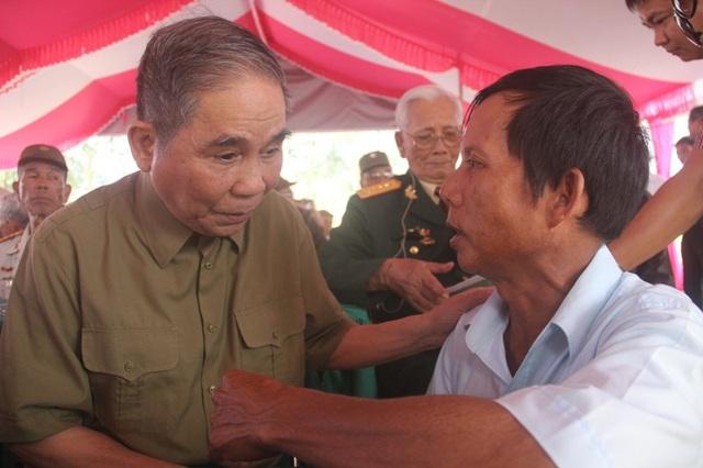 Các cựu binh và thân nhân các liệt sĩ trao đổi thông tin