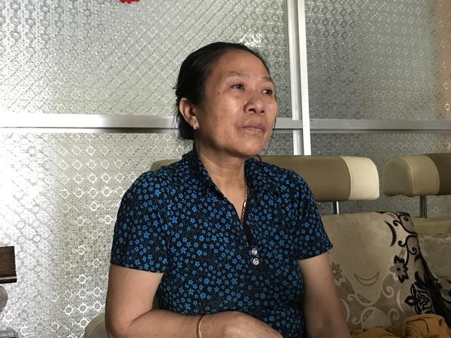 Bà Hành trao đổi với phóng viên khi bất ngờ trước sự việc bị con rể khai tử.