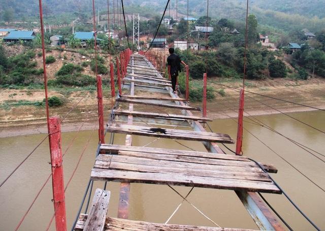 Do cầu đã xuống cấp trầm trọng, nên mỗi lần có người đi qua là cây cầu rung lắc mạnh. Hơn nữa, người dân học sinh muốn đi qua phải men theo sát mép cầu để đi, chỉ cần sơ suất là có thể rơi xuống sông bất cứ lúc nào.
