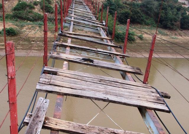 Cầu treo bản Lát có chiều dài hơn 100m và có độ cao so với mực nước sông Mã hàng chục mét. Toàn bộ phần ván gỗ mặt cầu đã mục nát, không còn giá trị sử dụng, nhiều chỗ ván sàn rơi xuống sông để lại những khoảng trống lớn trên mặt cầu; hệ thống dây cáp đã hư hỏng nặng khiến thân cầu bị vặn nghiêng sang một bên.