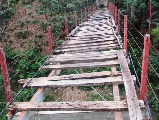 Đây là cây cầu treo bắc qua sông Mã, từng là nút giao thông huyết mạch nối thị trấn Mường Lát với các xã Tam Chung, Mường Lý. Cây cầu này được đưa vào sử dụng từ năm 2003. Tuy nhiên hiện nay đã không còn được sử dụng do cầu xuống cấp nghiêm trọng.