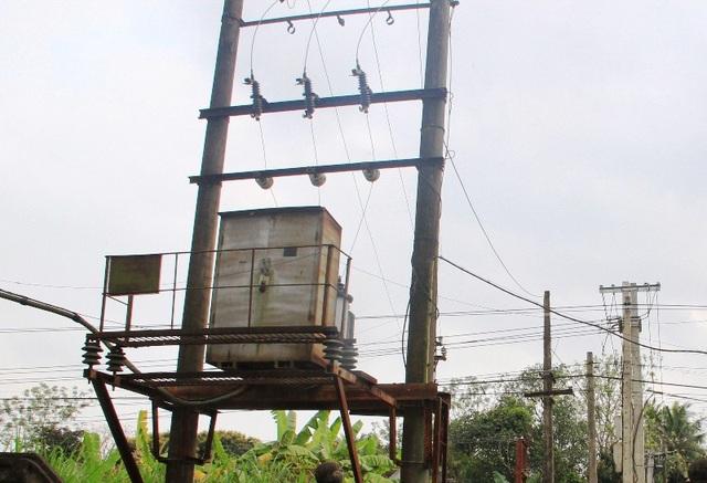 Trạm điện hạ thế với hệ thống cột và đường dây riêng, được thiết kế để cung ứng điện cho trạm bơm cũng đã có biểu hiện xuống cấp
