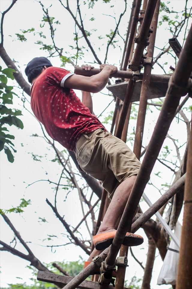 Leo trèo trên những giàn giáo đầy rủi ro là một trong những việc tất yếu của người thợ hồ. Tuy nhiên việc đảm bảo an toàn lao động cho họ vẫn chưa được quan tâm đúng mức.