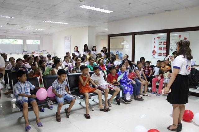 Các sinh viên của câu lạc bộ tình nguyện Blouse Xanh gây hoạt náo trong chương trình