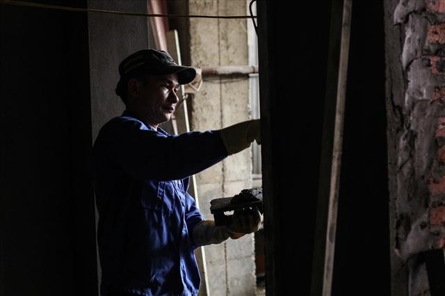 Những người làm thợ hồ ở Hà Nội hầu hết là những lao động nhập cư từ các tỉnh Thanh Hóa, Nam Định, Hòa Bình,... Có những người làm dài hạn, cũng có nhiều người làm thời vụ rồi về quê hoặc chuyển sang các công việc khác. Trung bình mỗi tháng một người thợ phụ thu nhập khoảng 5 đến 7 triệu đồng, còn thợ chính thì có mức thu nhập cao hơn, khoảng 8 đến 10 triệu đồng. Để có được mức tiền lương ổn định, người thợ hồ phải làm việc chăm chỉ từ sáng sớm cho tới chiều tối, leo trèo, đứng trên những giàn giáo nguy hiểm mà chỉ cần sẩy chân hay lơ đễnh một chút cũng có thể mất cả tính mạng.