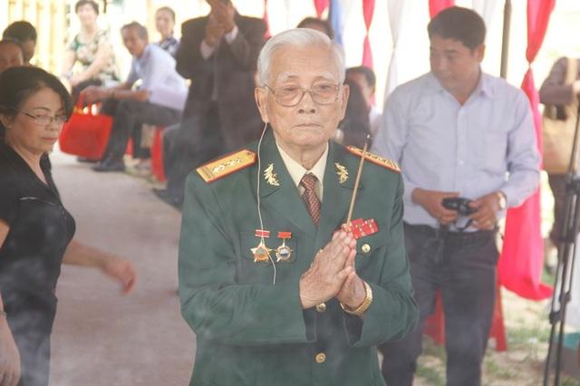 Đại tá Trần Văn Thà dâng nén tâm nhang trước các liệt sĩ