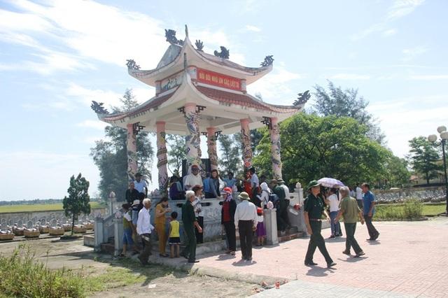 Các cựu quân nhân dâng hương tại Nghĩa trang liệt sĩ xã Gio Thành