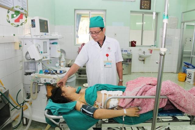 BS Chắt thăm hỏi bệnh nhân sau ca phẫu thuật. Ảnh: Hải Yến