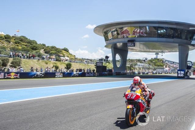Marquez thắng dễ trong ngày Lorenzo gây ra tai nạn nghiêm trọng - 9