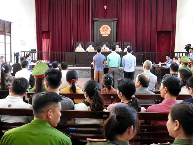 Hội đồng xét xử làm thủ tục khai mạc phiên tòa