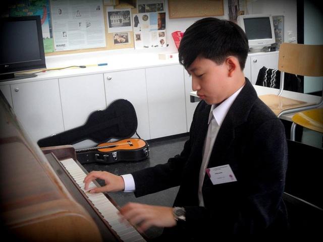 Hoàng Long là cậu học trò vừa giỏi đàn vừa học các môn văn hóa xuất sắc.