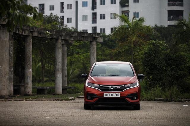 Honda Jazz có trang bị an toàn chủ động khá phong phú, với hệ thống phanh ABS/EBD/BA, hệ thống cân bằng điện tử VSA, hệ thống kiểm soát lực léo TSC, hệ thống hỗ trợ khởi hành trên dốc...