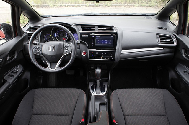 Thiết kế bảng đồng hồ của Honda Jazz có thiết kế rất hiện đại với hầu hết các phím chức năng được chuyển sang công nghệ cảm ứng.