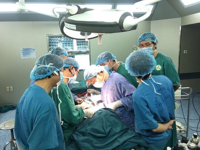 Lần đầu tiên, Bệnh viện Ung bướu Đà Nẵng thực hiện thành công cắt khí quản nối tận - tận cho bệnh nhân ung thư tuyến giáp, di căn vào lòng khí quản.