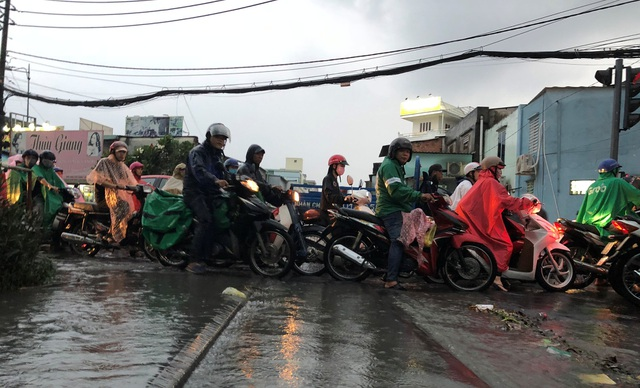 Người dân khốn đốn tìm đường về nhà sau cơn mưa đầu mùa - 4