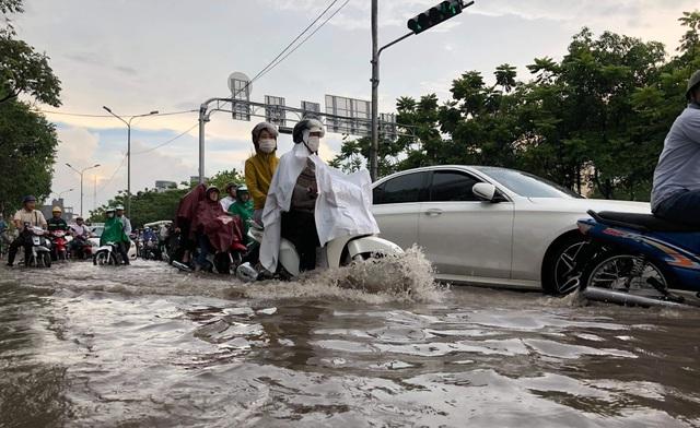 Người dân khốn đốn tìm đường về nhà sau cơn mưa đầu mùa - 1