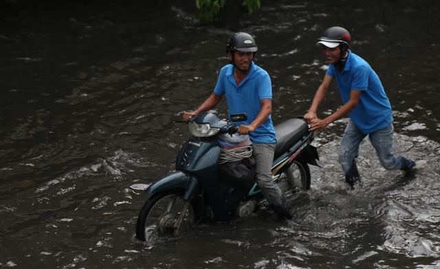 Người dân khốn đốn tìm đường về nhà sau cơn mưa đầu mùa - 3