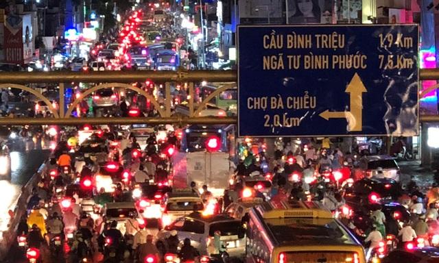 Giao thông trên đường Xô Viết Nghệ Tĩnh, tuyến cửa ngõ từ các quận trung tâm TP ra bến xe Miền Đông và QL13 kẹt cứng xe cộ trong tối 7/5.