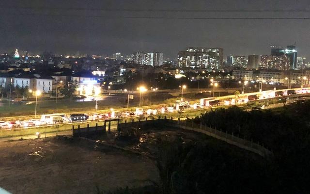 Phương tiện xếp hàng dài nhiều km trên cao tốc HLD vì một chiếc xe đầu kéo container gặp sự cố nằm chắn giữa đường.