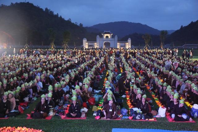 Lễ rước nến dâng Phật Hoàng, Lễ Cầu An – tụng kinh Phổ Môn, chương trình văn nghệ tâm linh tại Trung tâm Văn hóa Trúc Lâm vào tối cùng ngày